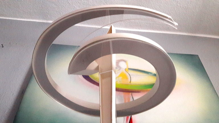 Einheit-Skulptur-Gemaelde-von-unten