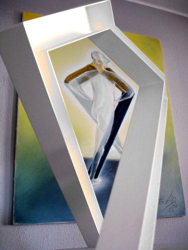 Schritt-nach-vorn-Skulptur-Gemaelde-1